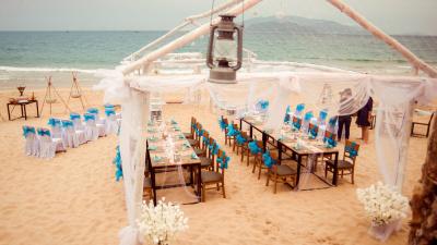 Phụ kiện trang trí tiệc cưới trên bãi biển phong cách Romantic