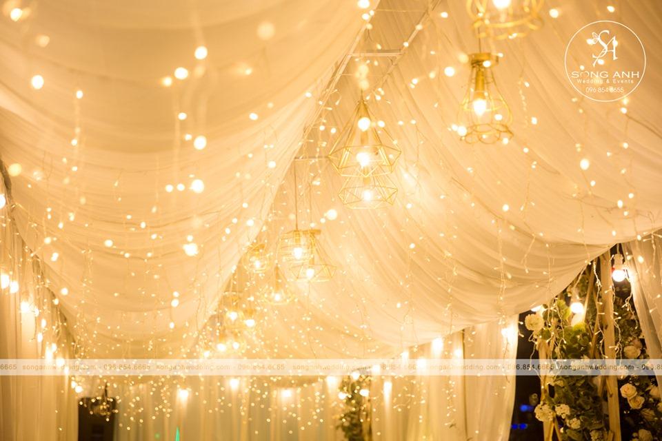 Ánh sáng vàng lung linh giúp tiệc cưới ngày đông thêm lãng mạn, ấm áp