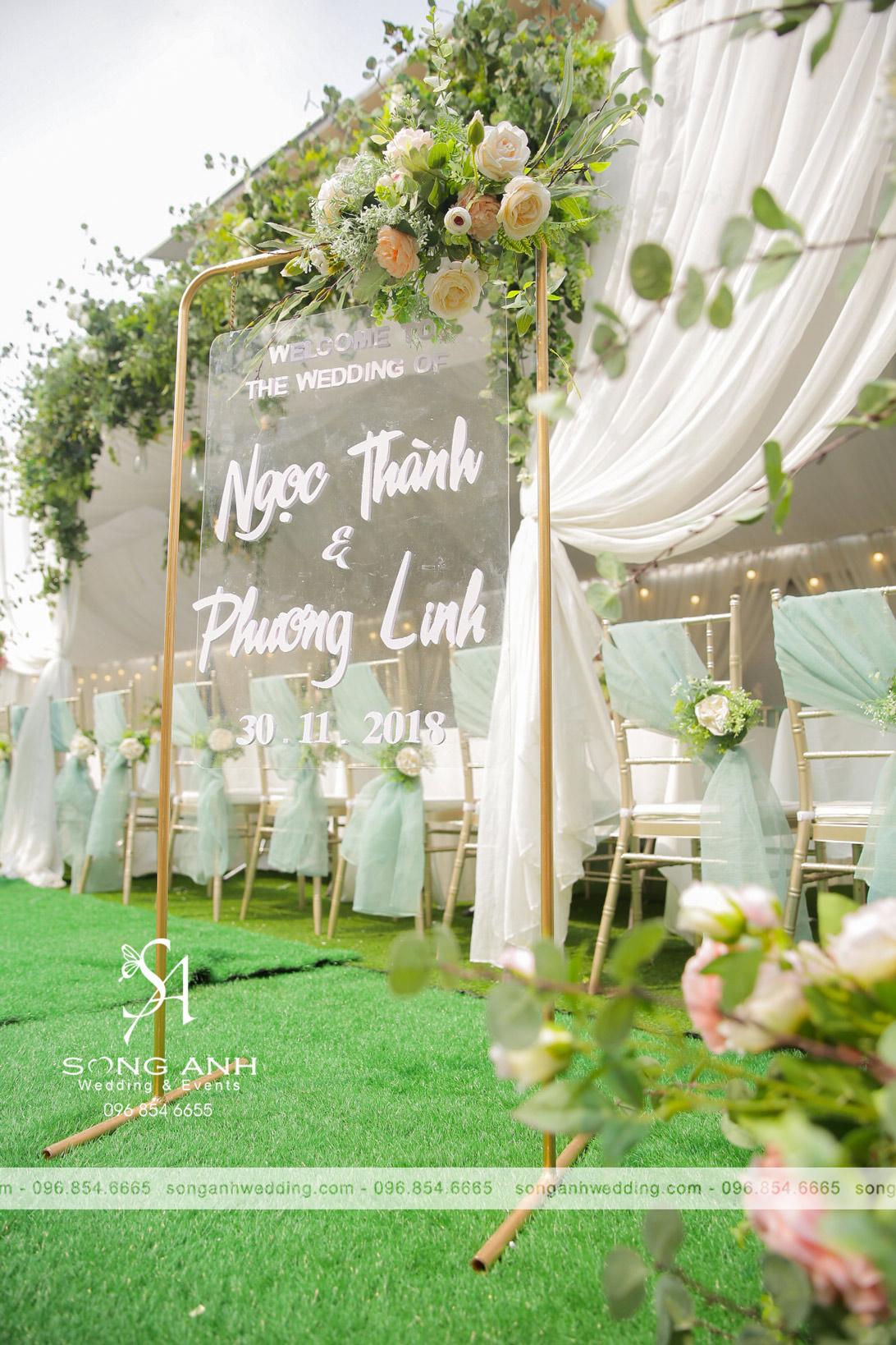 Bảng welcome bằng nhựa trong suốt là điểm nhấn cho trang trí tiệc cưới ngày đông