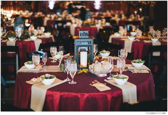 Trang trí bàn tiệc với tông đỏ rượu và nâu trầm
