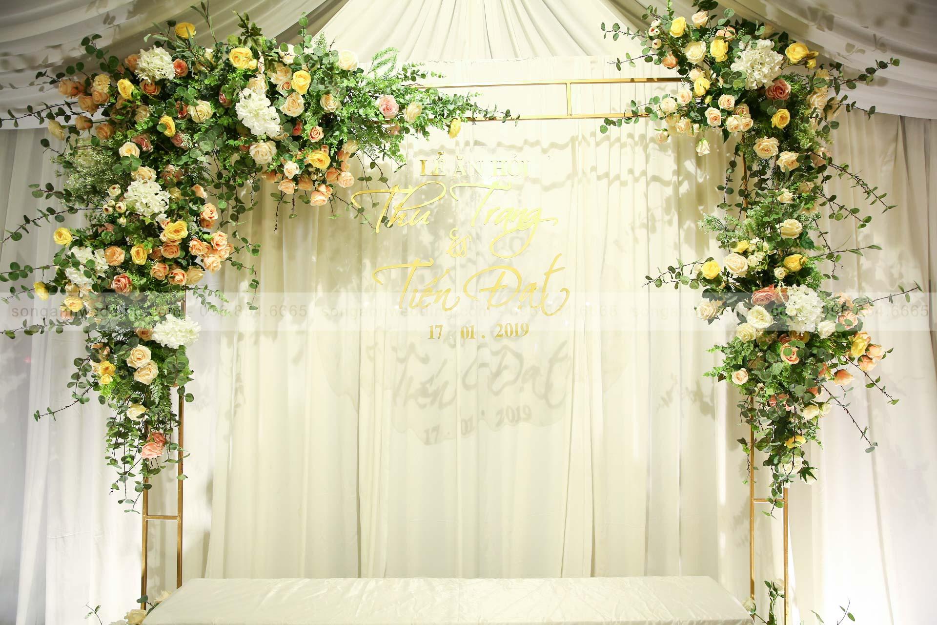 Hoa lụa trong trang trí tiệc cưới