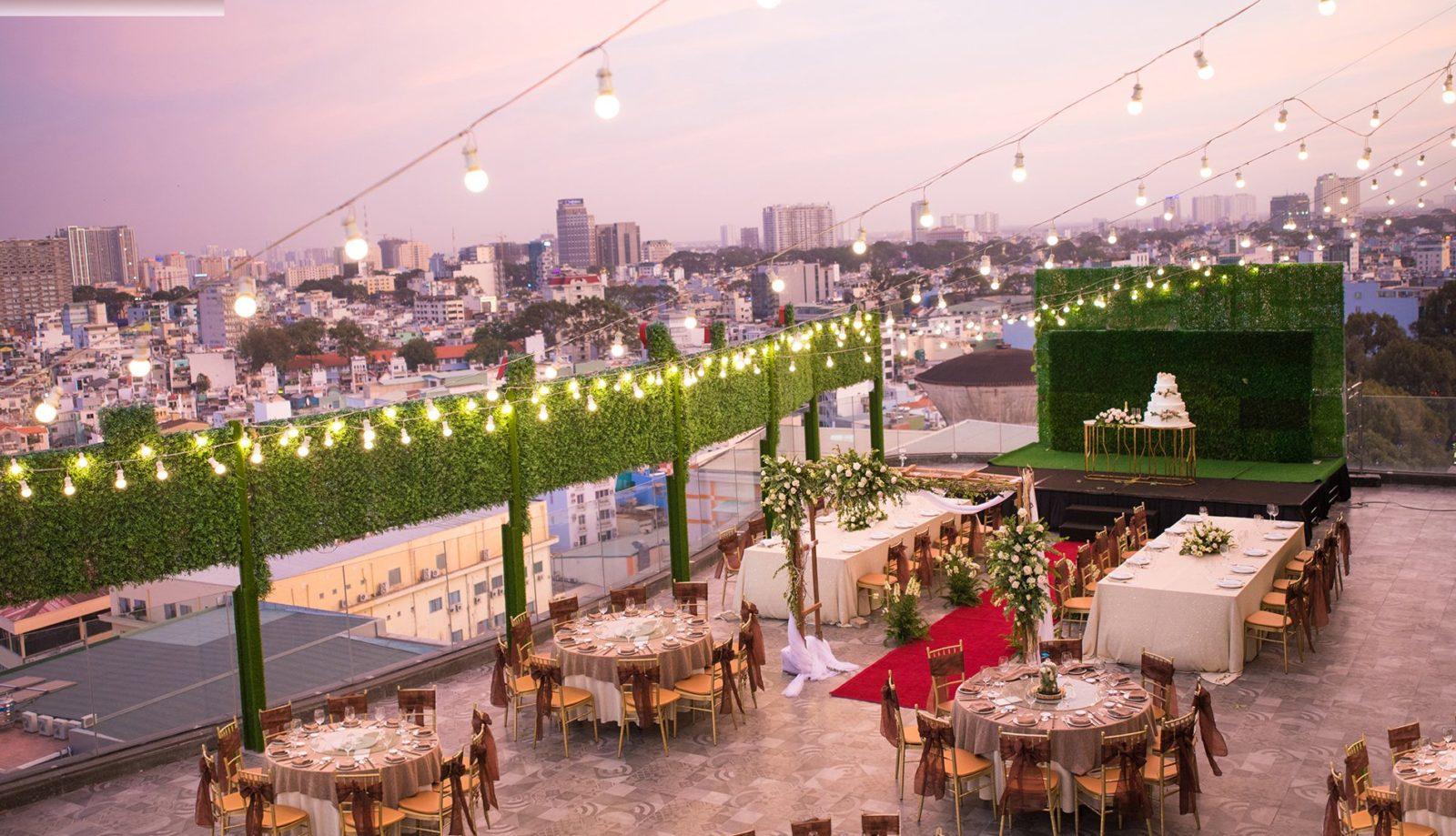 Tổ chức tiệc cưới ngoài trời đã xuất hiện từ nhiều năm tuy nhiên nó mới thực sự bùng nổ cho mùa cưới năm nay. Để có không gian tiệc cưới ngoài trời mới lạ khiến khách mời phải trầm trồ, đó là cả quá trình và đòi hỏi sự sáng tạo.