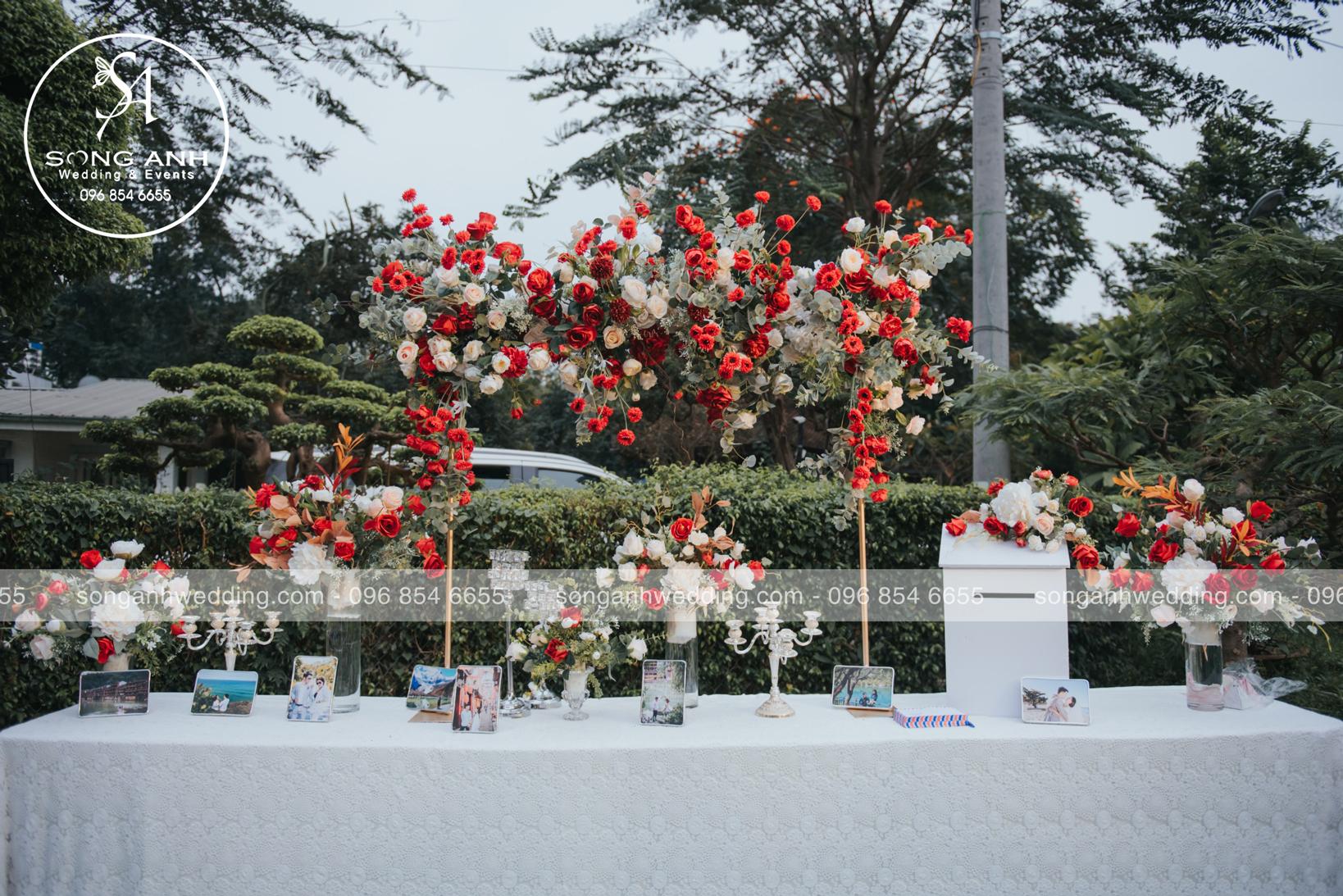 Sự kết hợp hài hòa giữa sắc đỏ rực rỡ với gam màu trắng tạo điểm nhấn nổi bật trong tiệc cưới mùa hè