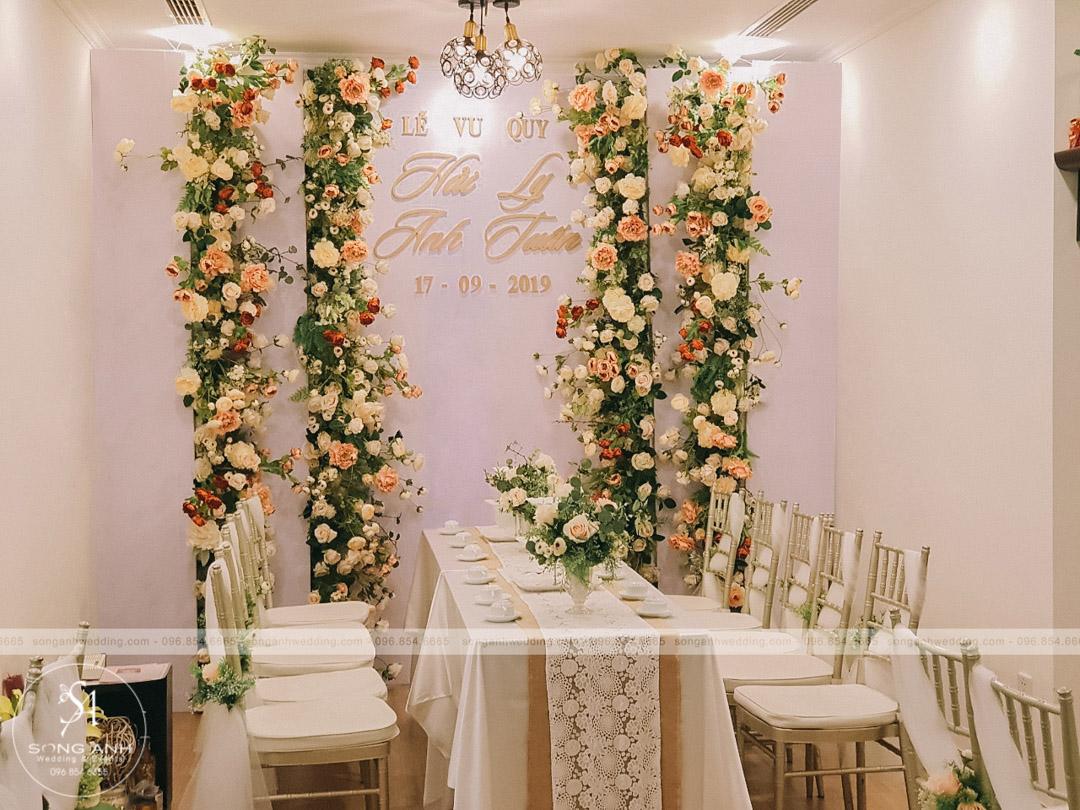Hay backdrop theo phong cách nền trắng đơn giản nhưng kết hợp với hoa lụa tinh tế