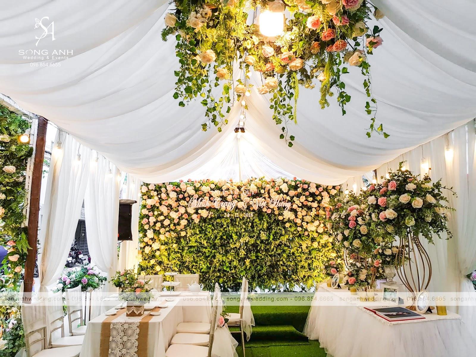 Backdrop được kết toàn bộ bằng hoa và lá
