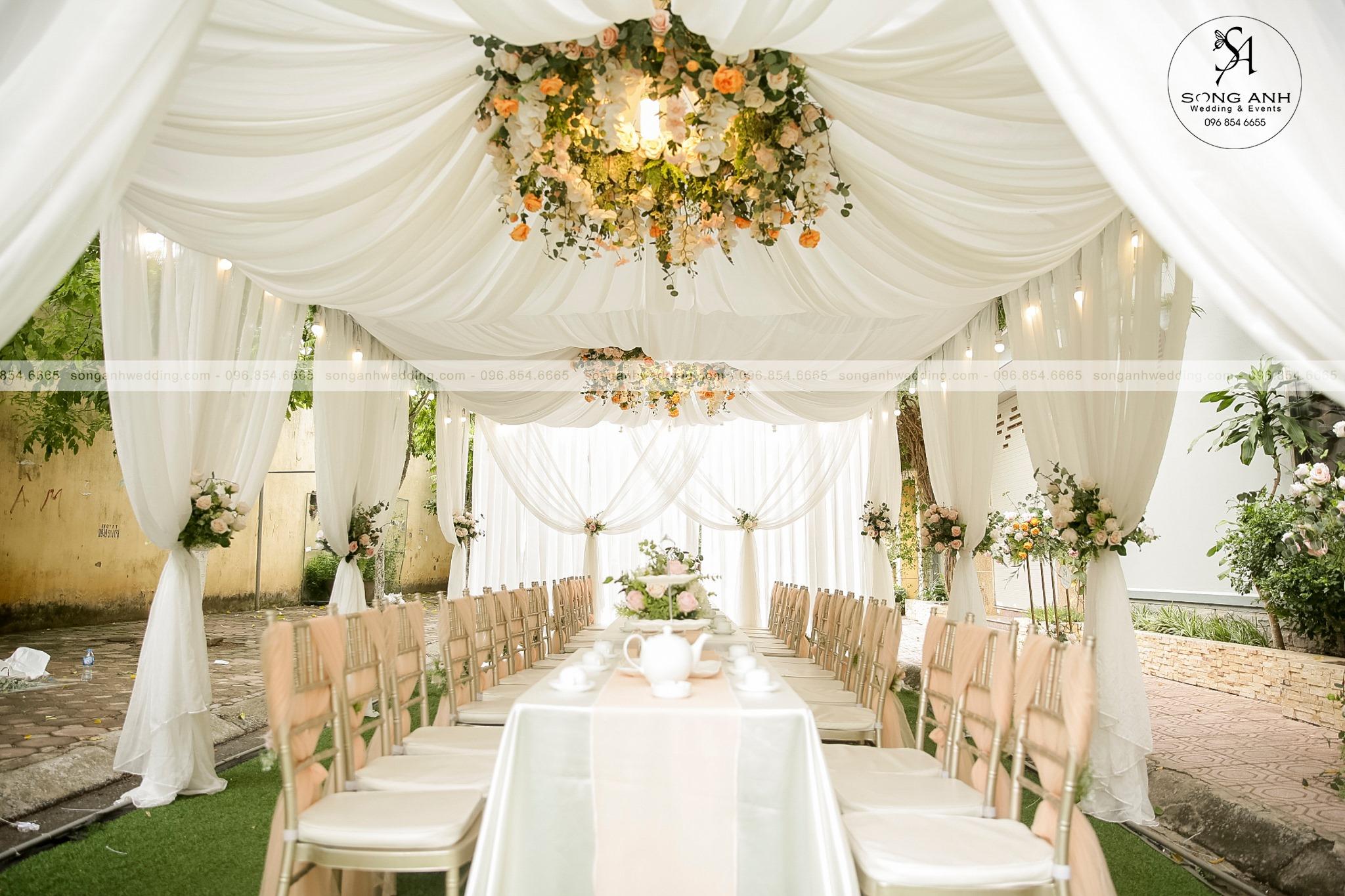 Vòng hoa thả trần tạo nên điểm nhấn cho nhiều tiệc cưới khác nhau