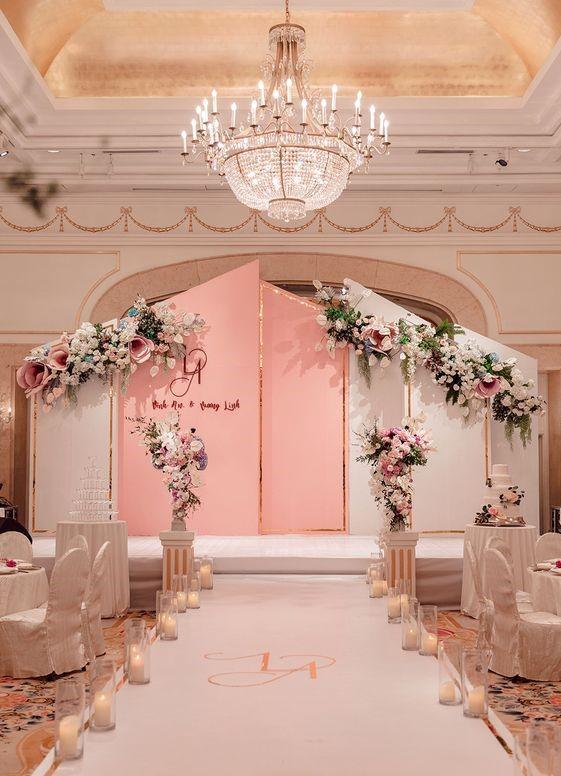 Đèn chùm giúp cho không gian tiệc cưới trở nên sang trọng hơn