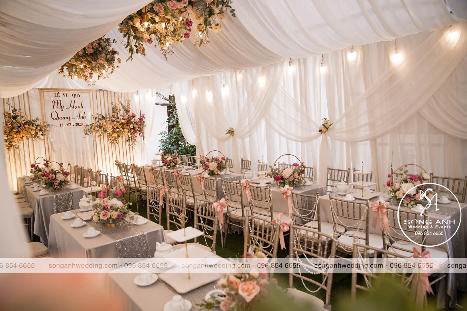 Ghế tiệc cưới được trang trí bằng nơ to tại Song Anh Wedding & Events