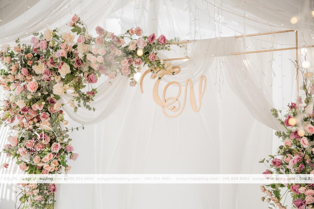 Trang trí tiệc cưới bằng hoa lụa là sự lựa chọn hoàn hảo dành cho mùa hè