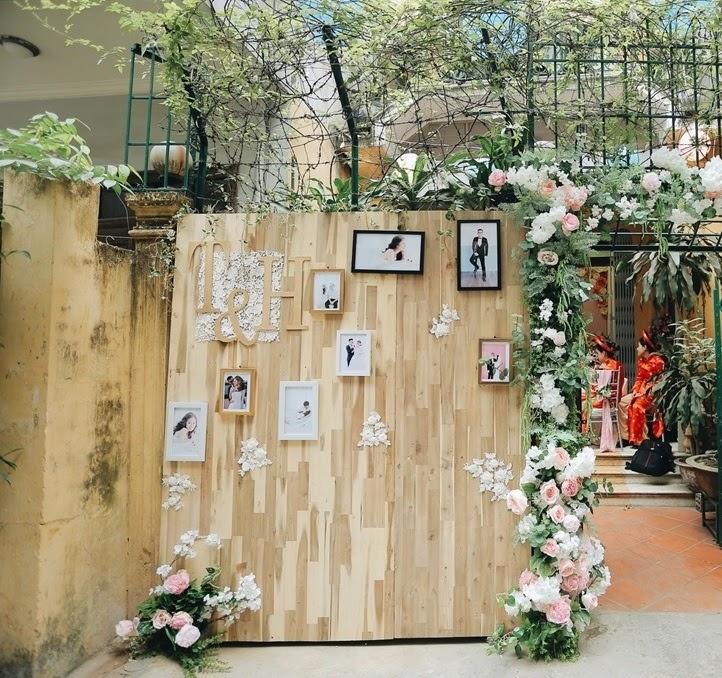 Trang trí vu quy bằng backdrop nền gỗ cũng là một sự lựa chọn mới lạ với các cặp đôi