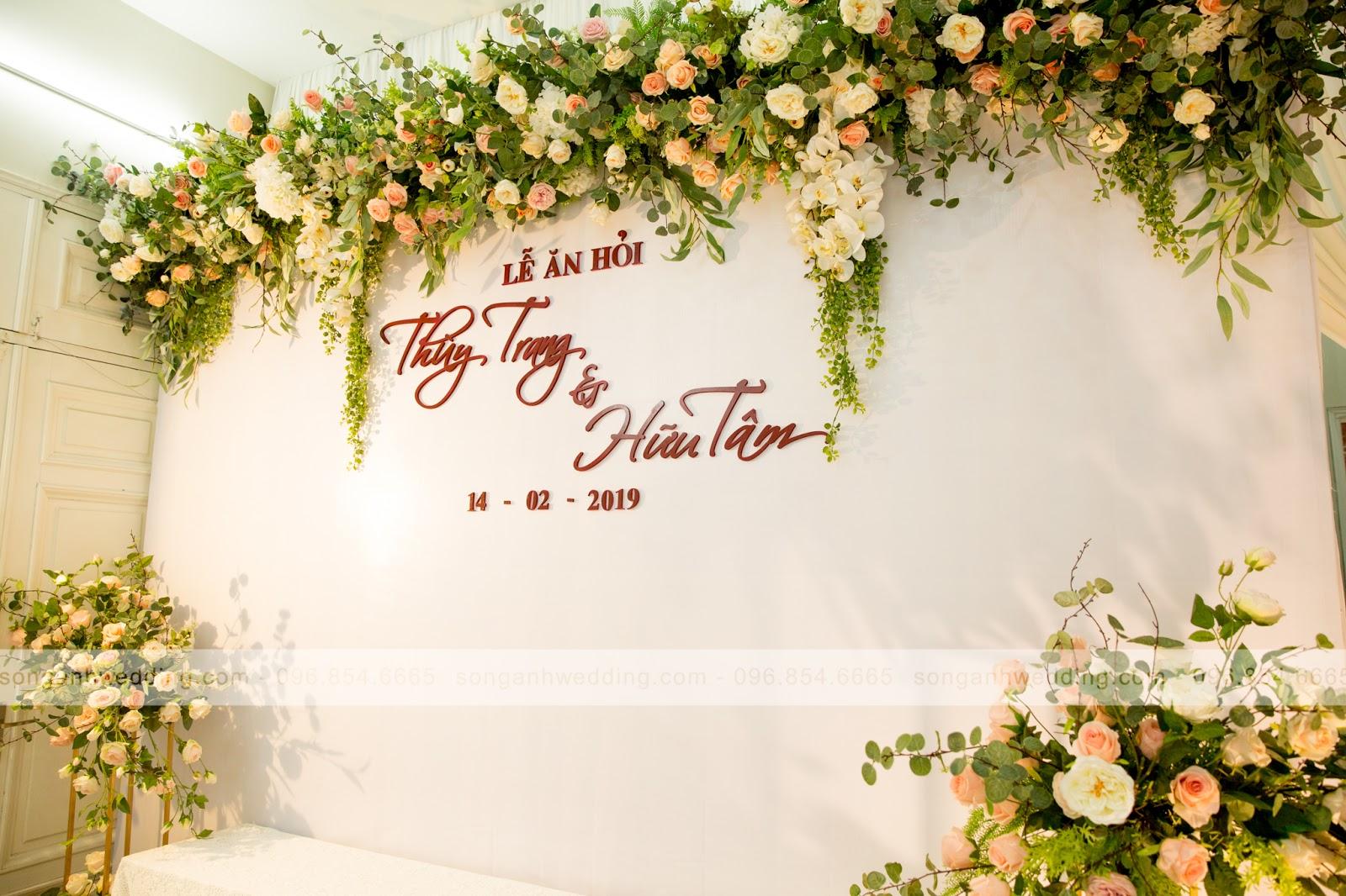 Nền trắng đơn giản điểm thêm hoa lụa được sắp xếp trang trí cầu kì
