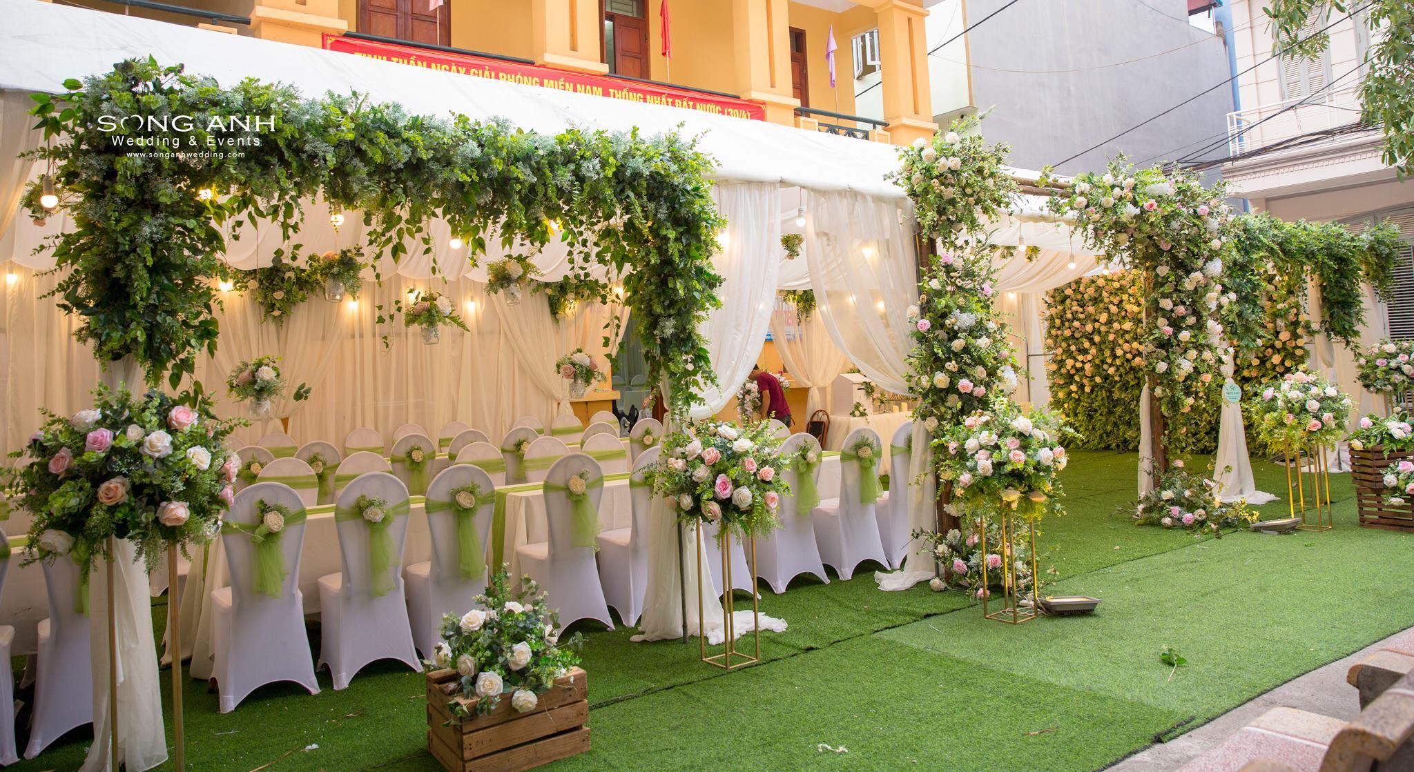 Sắc xanh được nhiều cặp đôi lựa chọn để trang trí tiệc cưới - làm dịu đi cái nóng của mùa hè