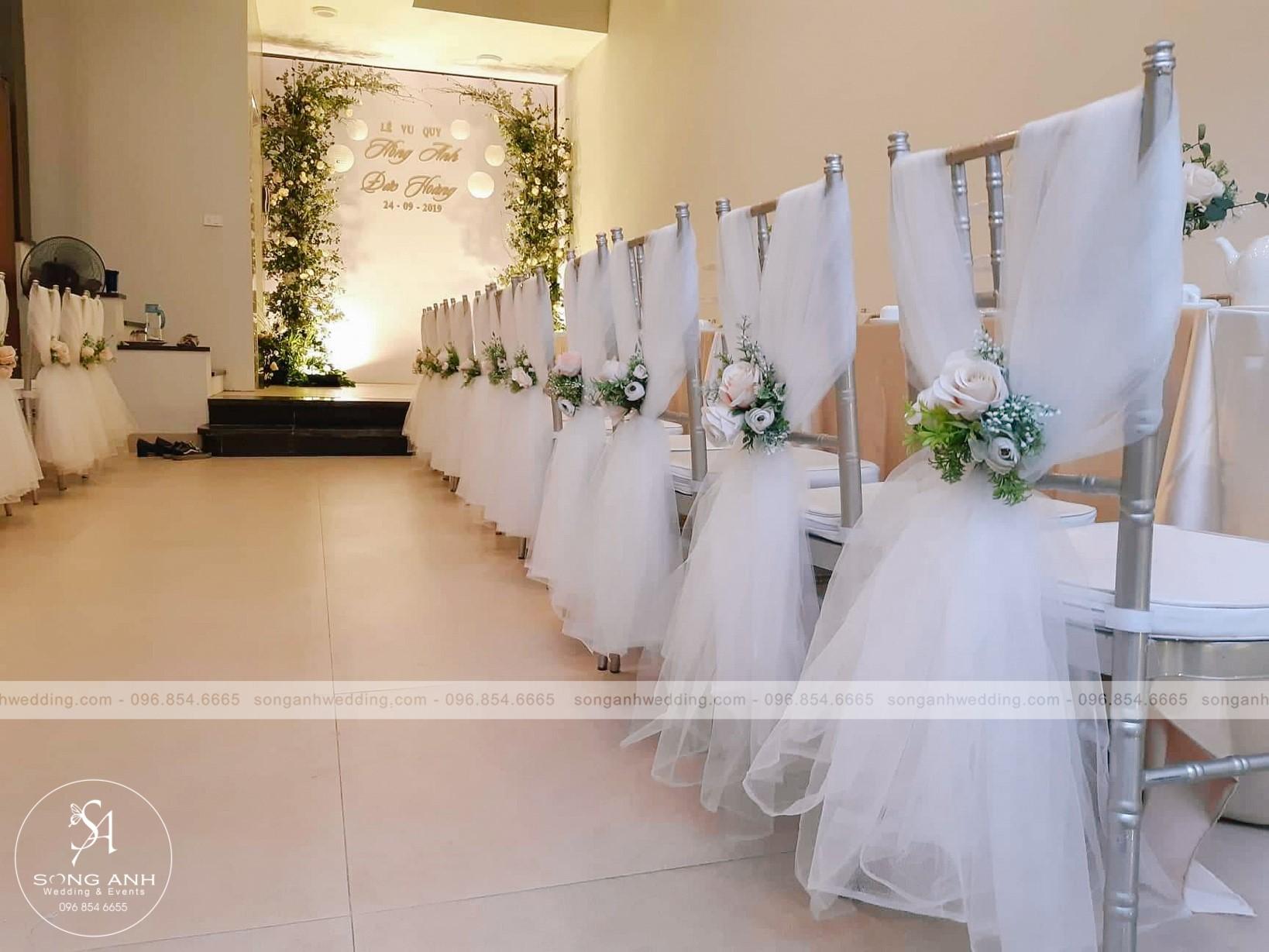 Chiếc ghế màu đồng kết hợp với dải voan xanh trong tiệc cưới